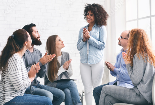 Fotografía  Young people clapping to woman at rehab group meeting