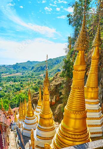 Fotografia  The small pagodas along the mountain slope, Pindaya, Myanmar