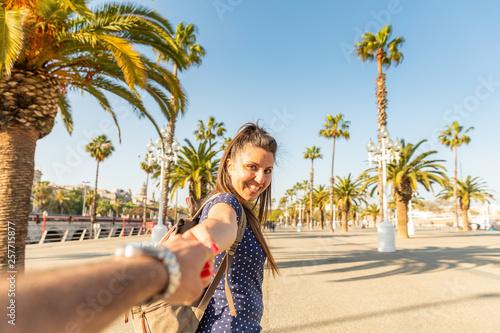 Foto auf AluDibond Barcelona Happy couple tourists in sunny Barcelona