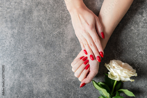 Photo Young lady is showing her red manicure nails