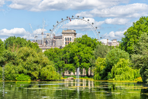 Photo London Eye cityscape view building with St James Park green lake pond on summer