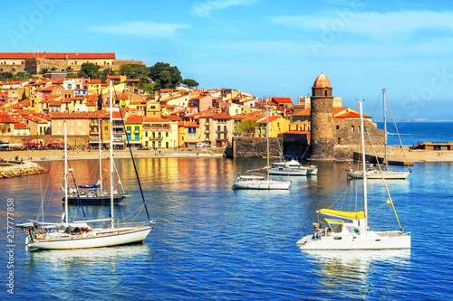 Fotomural  Collioure, France, a popular resort town on Mediterranean sea