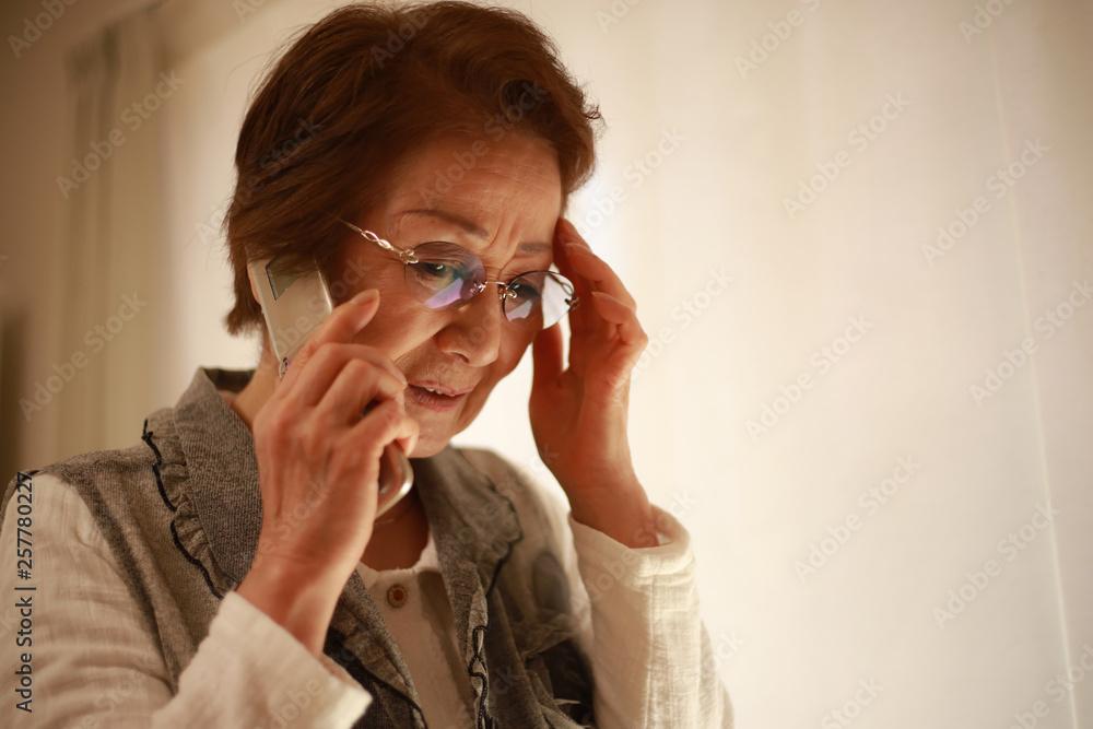 Fototapeta 通話するシニア女性