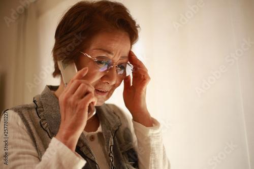 Papel de parede 通話するシニア女性