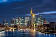 Die Skyline der Frankfurter Innenstadt mit Hochhauskulisse am Abend vom Fluß Main aus gesehen