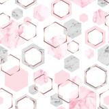 Bezszwowy abstrakcjonistyczny geometryczny wzór z różanego złota, menchii i szarość marmurowymi sześciokątami na białym tle - 257806412