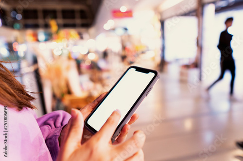 Foto  Young Woman Use Of Mobile Phone In Shopping Mall