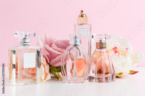 Obraz Bottle of perfume with flowers on color background - fototapety do salonu