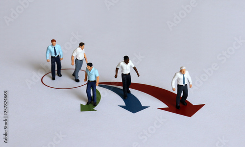 Photo Miniature men positioned in different directions