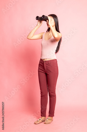 Photo  Full body of young Asian woman with binoculars.