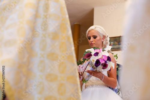 Fotografía  Beautiful blonde bride posing in church