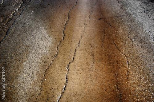 Fotografía  Wet and bumpy road