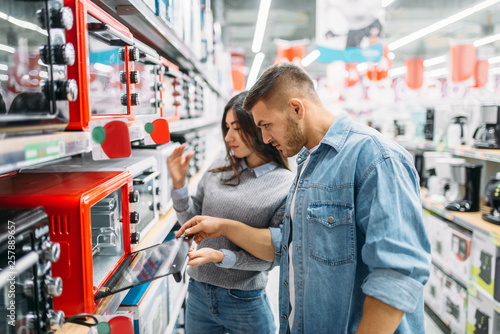 Fotografía  Couple buys an electric oven in a supermarket