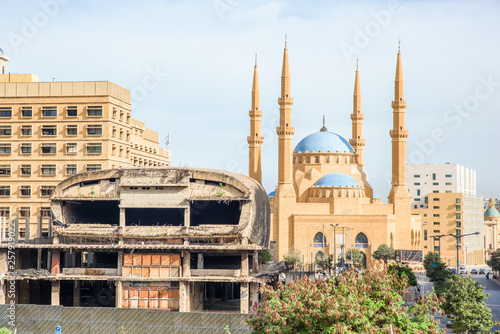 Fotografia  The Egg cinema building and Al-Amine blue mosque in Downtown Beirut, Lebanon