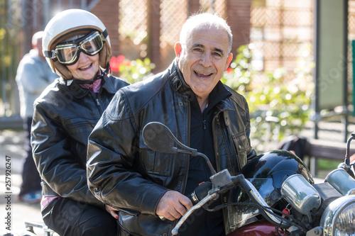 Fotografie, Obraz  Coppia di anziani vanno in giro sulla loro Motocicletta  d'epoca