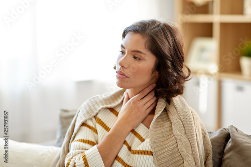 Fotografía cold and health problem concept - unhappy sick woman with sore throat at home