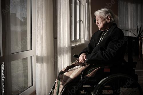 Obraz Rentnerin in einem Pflegeheim - fototapety do salonu