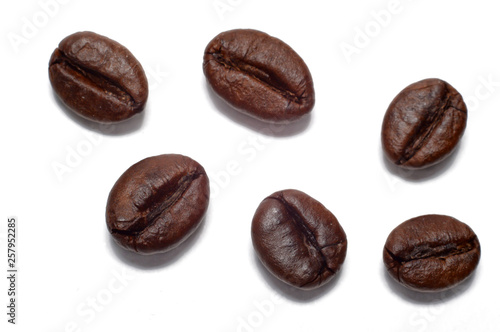 Photo sur Toile Salle de cafe coffee grains closeup on a white background.