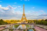 Fototapeta Fototapety z wieżą Eiffla - Eiffel Tower and fountain at Jardins du Trocadero at sunset in Paris, France. Travel background