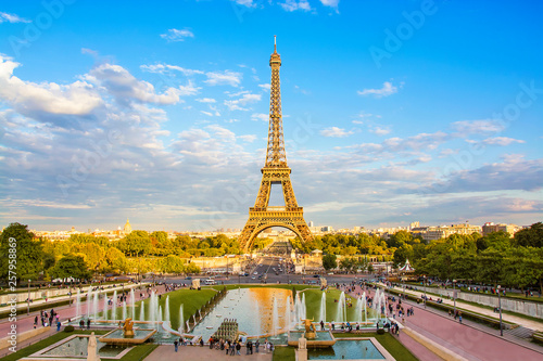 Poster Paris Eiffel Tower and fountain at Jardins du Trocadero at sunset in Paris, France. Travel background