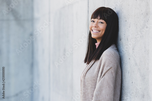 Photo Outdoor portrait of beautiful African American woman outside with black hair and