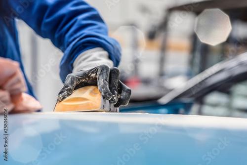 jeune travailleur en réparation de carrosseries Canvas Print