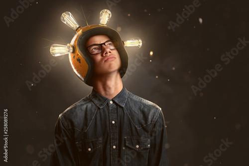 Fotografía Schlauer Teenager mit Glühbirnen-Helm