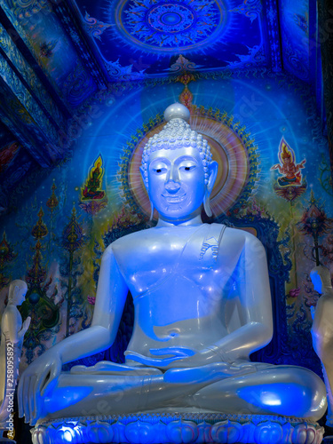 Fotografia  White Buddha Sitting in The Blue Light at The Church