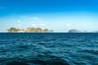 canvas print picture - Steinige Insel Landschaft im Pazifik, Boote im smaragdfarbenen Meer