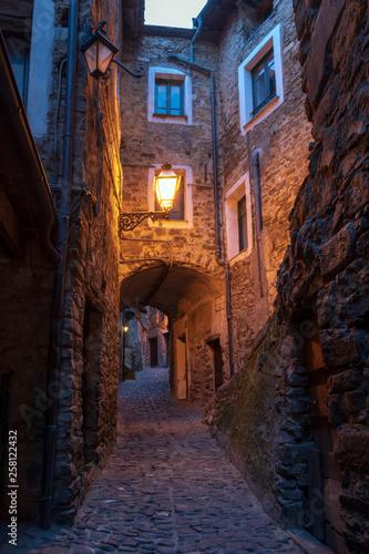 Fototapeten Schmale Gasse Typical Italian narrow street, Apricale, Italy