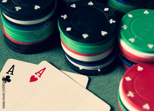 Photo Zwei Asse - Pokerkarten und Chips