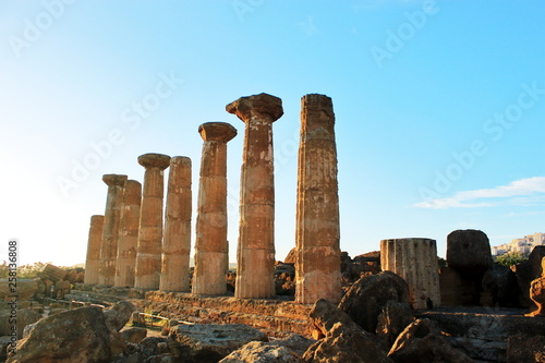Foto  Ancient Greek columns in Valley of Temples on island of Sicily in rays of sun
