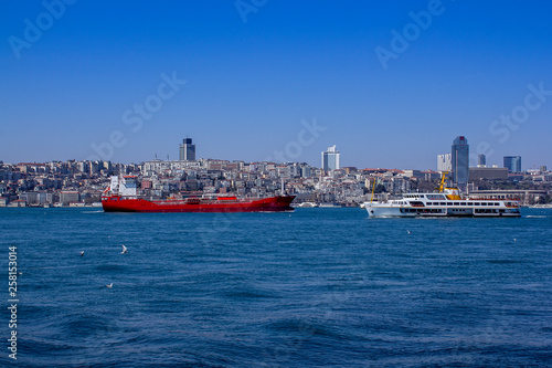 Fotografia  View of the Bosphorus and ships and barges sailing through it
