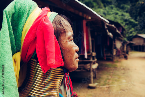 Fotomural Portrait of long neck woman in traditional costume