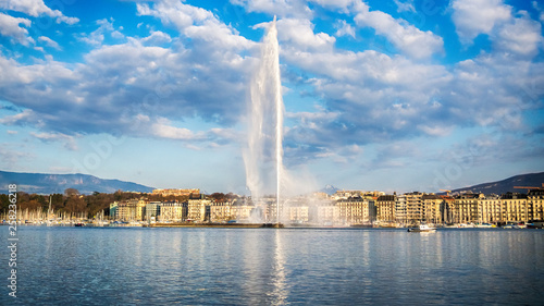 Leinwand Poster Picture of Jet d'Eau fountain and harbor in Geneva