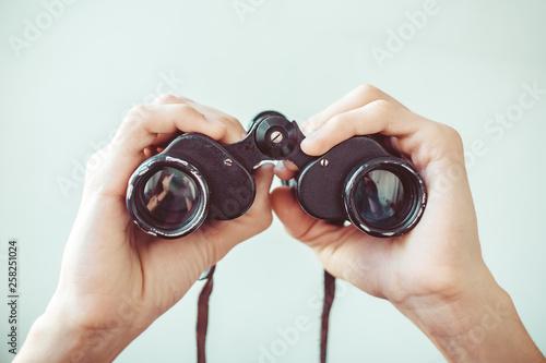 Fotografía  man holding binoculars