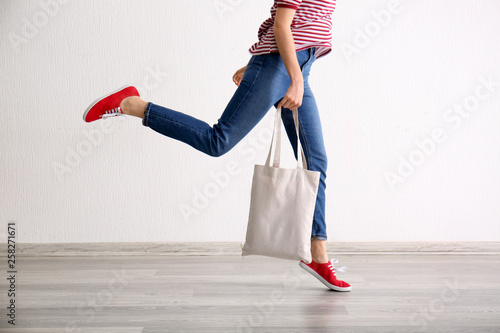 Fotomural  Young woman with eco bag indoors