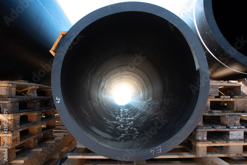 Fotografía  Bright light seen through large black HDPE plastic pipe