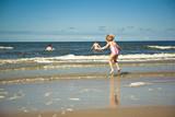 Fototapeta Fototapety z morzem do Twojej sypialni - Dziecko skaczące przez fale