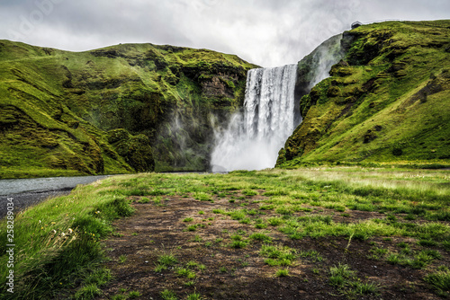 Cadres-photo bureau Cascades Beautiful scenery of the majestic Skogafoss Waterfall in countryside of Iceland in summer. Skogafoss waterfall is the top famous natural landmark and tourist destination place of Iceland and Europe.