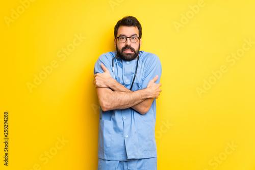Fotomural  Surgeon doctor man freezing