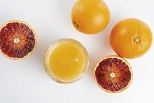 Miele All'arancio In Vaso Con Arance Tagliate Dall'alto Altra Vista