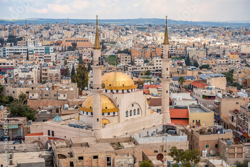 Fotografia  .21/22/2019 Madaba, Jordan, view of the central and largest mosque with high min
