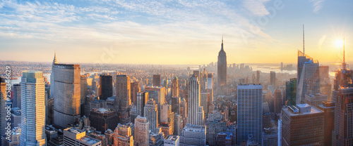 Fotografia  Panoramic panoramic view of Empire State Building and Manhatten skyline at sunse