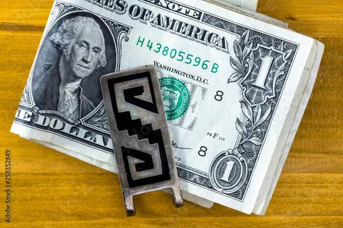 Geldscheinklammer aus Mexiko mit amerikanischen Dollarnoten © k.u.r.t.