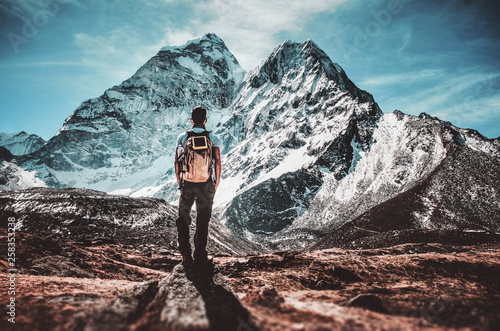 Photo  Backpacker standing in front of ama dablam