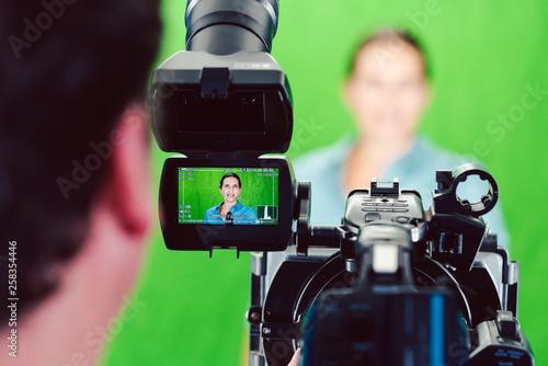 Photo Kamera auf eine Nachrichtensprecherin oder Reporterin gerichtet bei einer Aufnah
