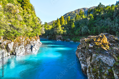 Fotografía Deep blue water fills the Hokitika Gorge on New Zealand's south island