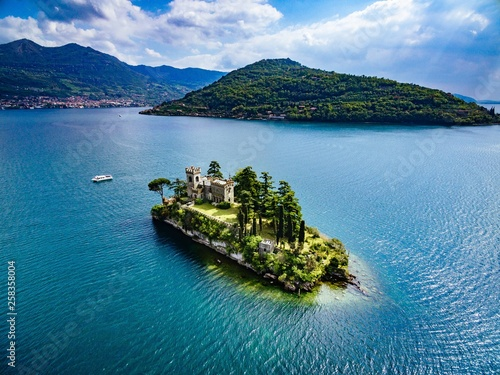 Fotografia Aerial view of Loreto island, lake of Iseo in Italy.