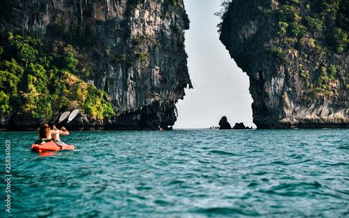 Fotomural  Kayaking along coast near Railay Beach in Thailand